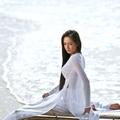 Mai Phương Thúy trong áo dài trắng siêu mỏng trước gió