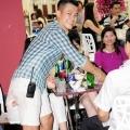 Vân Quang Long 2014 mặc quần short và đi xe tiền tỷ