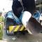 Tài xế xe chở xăng dừng xe lại, kêu thợ hàn chấm mối hàn phía sau xe... :(