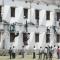 """Ấn Độ: """"Người Nhện"""" trèo tường ném phao cho thí sinh"""
