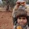 Xót xa cảnh em bé Syria đầu hàng nhiếp ảnh gia