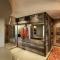 Thiết kế phòng khách bằng những bức tường gỗ ghép