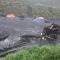 Bất chấp mưa lớn, người dân Quảng Ninh vẫn lội suối vớt than