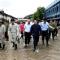 Chủ tịch nước đội mưa lội nước vào khai trường động viên công nhân