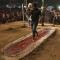 Trường Ấn Độ từng bị điều tra vì cho học trò đi trên than hồng, thủy tinh vỡ