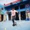Chàng trai khuyết tật ở Sài Gòn trượt patin điêu luyện cùng đôi nạng gỗ