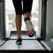 Chạy bộ ngoài trời hay chạy trên máy sẽ tốt cho sức khỏe hơn?