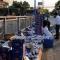 Hàng trăm thùng bia đổ xuống đường, người dân giúp thu dọn
