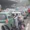 Không mua nổi vé, dân Hà nội tràn ra đường bắt taxi về nghỉ lễ