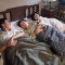 """Hơn 30 tuổi """"chưa cai sữa"""", người đàn ông đề nghị 2 vợ chồng ngủ chung với mẹ"""
