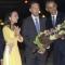 Cô gái mặc áo vàng tặng hoa cho Tổng thống Obama là ai?