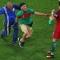 Fan cuồng chạy vào sân bóng với ý định ôm Ronaldo
