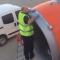 Hành khách sốc khi nhân viên dùng băng dính để sửa máy bay