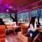 Quán bar trên chiếc xe bus bên bờ hồ ở Đà Lạt