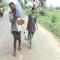 Vác thi thể vợ 10 km từ bệnh viện về nhà vì không có tiền thuê xe