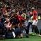 Fan MU giẫm đạp lên nhau ăn mừng bàn thắng của Rashford