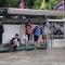 """Đường phố Bangkok hóa """"sông"""" sau trận mưa kỷ lục trong 25 năm - Mưa chưa bằng nửa Sài Gòn"""