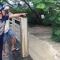 Bình dương : Hai thợ hồ lao xuống dòng nước chảy xiết cứu một phụ nữ bị nước cuốn