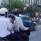 Học sinh vừa đi đường vừa xúc cơm ăn ngay trên xe máy lúc 5g chiều ở Nam Kỳ Khởi nghĩa q3