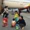 Hình ảnh đi vệ sinh ở sân bay gây tranh cãi về bài học ý thức