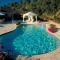 Lắp đặt hồ bơi riêng trong biệt thự chính là giải pháp chuẩn cho việc tận hưởng thú vui bơi lội riêng tư và thỏa thích