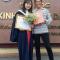 mẹ nghèo cười rạng rỡ bên con gái trong lễ tốt nghiệp