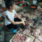 Phẫn nộ clip người phụ nữ bị hắt dầu luyn trộn chất thải khắp sạp thịt chỉ vì bán thịt lợn giá rẻ!!!