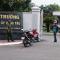 Ném bom xăng vào Hội trường Thành ủy Vũng Tàu, nam thanh niên tiếp tục cầm mã tấu đứng ở cổng thách thức cảnh sát